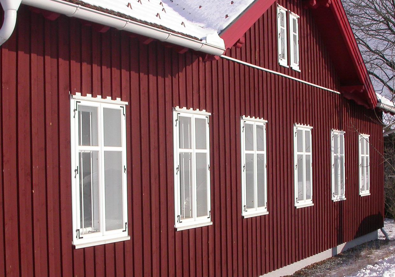 Außenansicht mit Kastenfenster