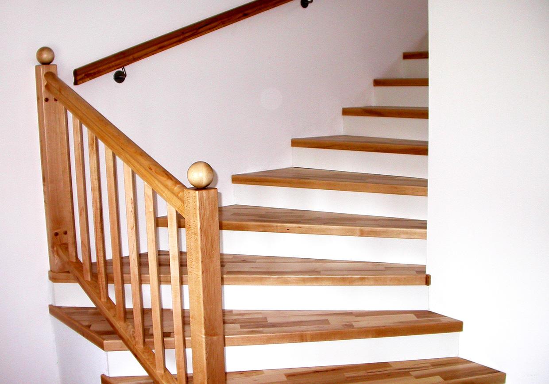 Holzstiege und Geländer